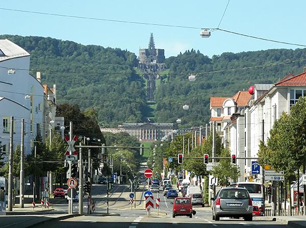 Blick zum Schlosspark Wilhelmshoehe in Kassel. Links ist das Anthroposophische Zentrum zu sehen - Quelle: Wikipedia